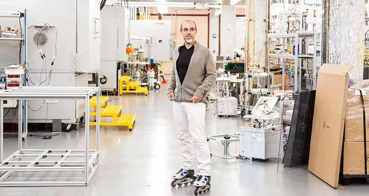 Astro Teller, el director ejecutivo de Google X, en patines en laboratorio de investigación X de Google. Jason Henry / The New York Times.
